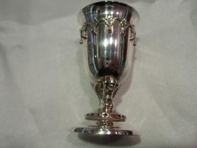 сребърна чаша с рубини