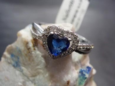 Сребърен пръстен със сапфир и циркони –сърце