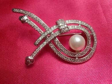 сребърна брошка с циркони и перла