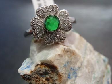 сребърен пръстен със изумруд  и циркони–детелина